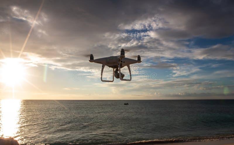 Трутень летая над пляжем стоковое изображение rf