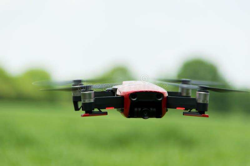 Трутень летая на луге стоковое изображение rf