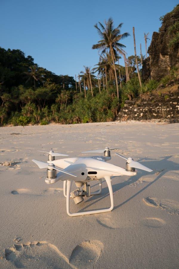 Трутень на песчаном пляже над тропической предпосылкой острова стоковые изображения rf