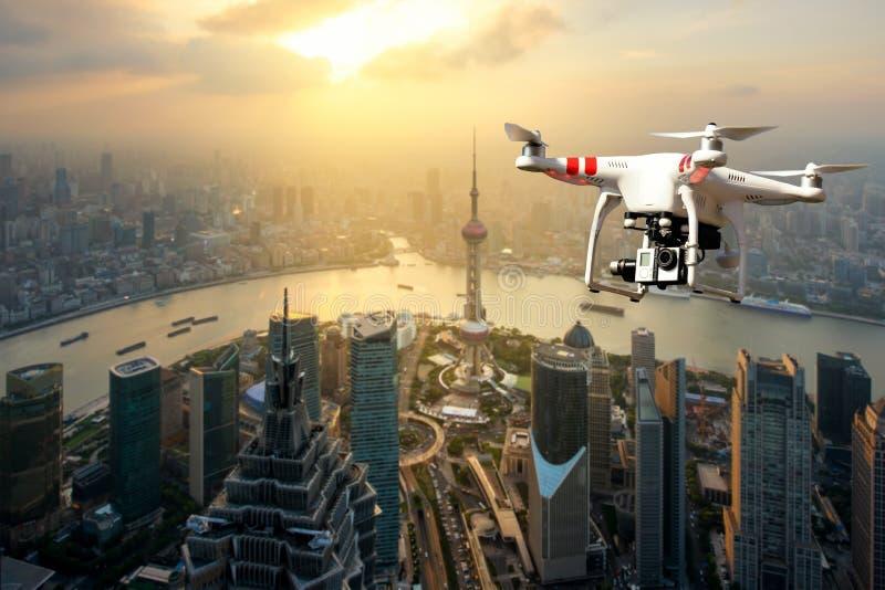Трутень при высокое цифровой фотокамера разрешения летая над Шанхаем стоковые фотографии rf