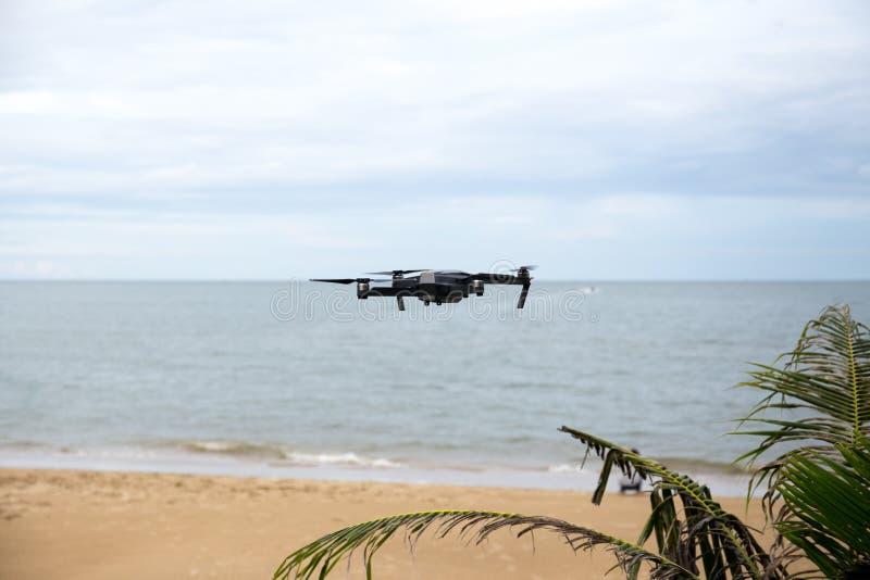 Трутень при камера летая над пляжем стоковая фотография