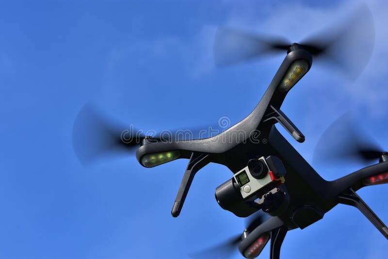 Трутень с камерой над голубым небом стоковое фото