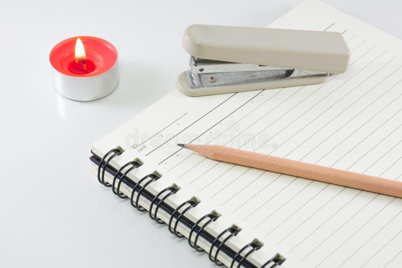 Трудная книга препроводительной записки с карандашем на белой предпосылке стоковые изображения rf