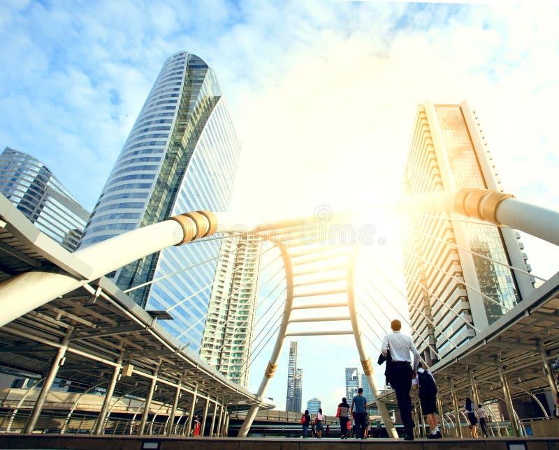 Трудовой народ на мосте соединяет между mrt и массовым транспортом bts стоковые фотографии rf
