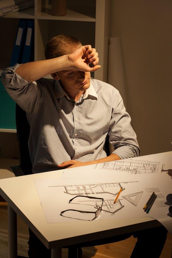 Трудолюбивый архитектор на ноче стоковые изображения rf