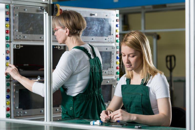 2 трудолюбивых женщины стоковое фото rf