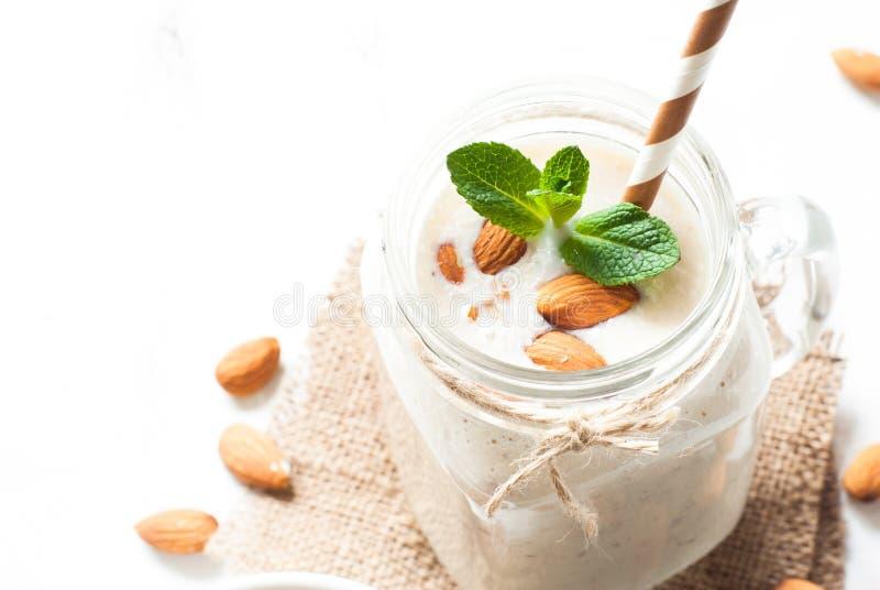Трясите от молока, банана и кокоса миндалины стоковая фотография rf