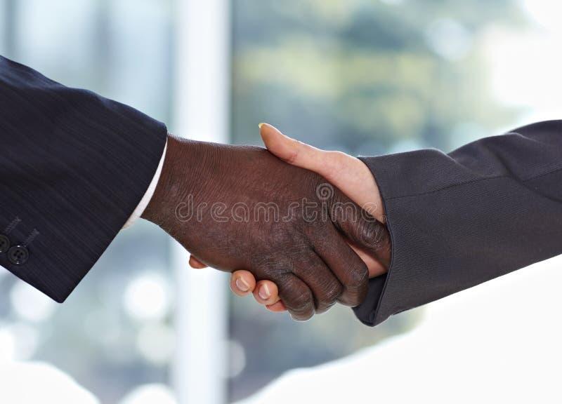 трястить рук бизнесмена афроамериканца стоковое изображение rf