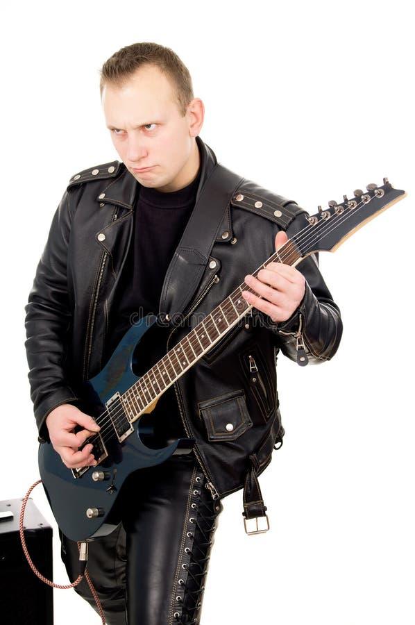 Тряхните гитариста в кожаных одеждах, с звук-усиливаясь equipm стоковое фото