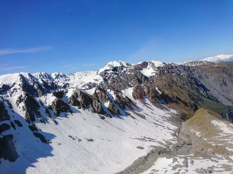 Тряхните гору с предпосылкой ландшафта голубого неба снега и ясности естественной стоковая фотография