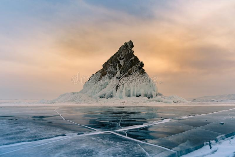 Тряхните на замерзая озере России воды сезона зимы Сибиря Байкала озера воды стоковая фотография