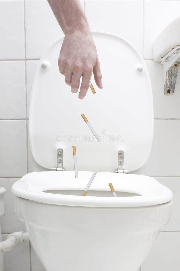 туалет сигарет вниз брошенный стоковые фотографии rf