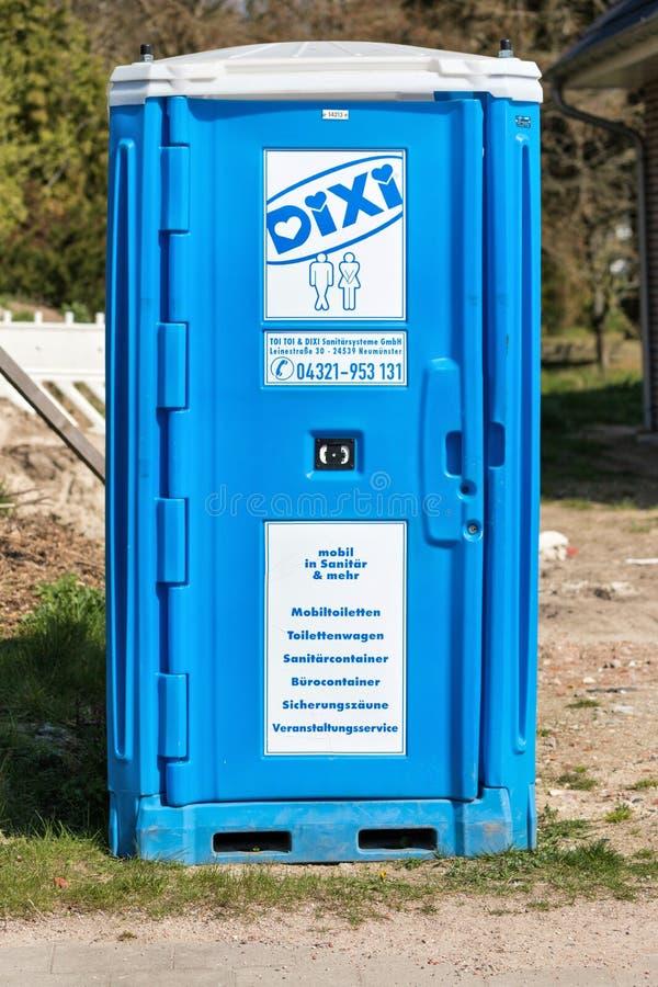 Туалет DIXI на строительной площадке стоковая фотография rf