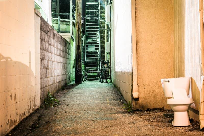 Туалет и темный переулок на ноче в Ганновере, Пенсильвании стоковые фотографии rf