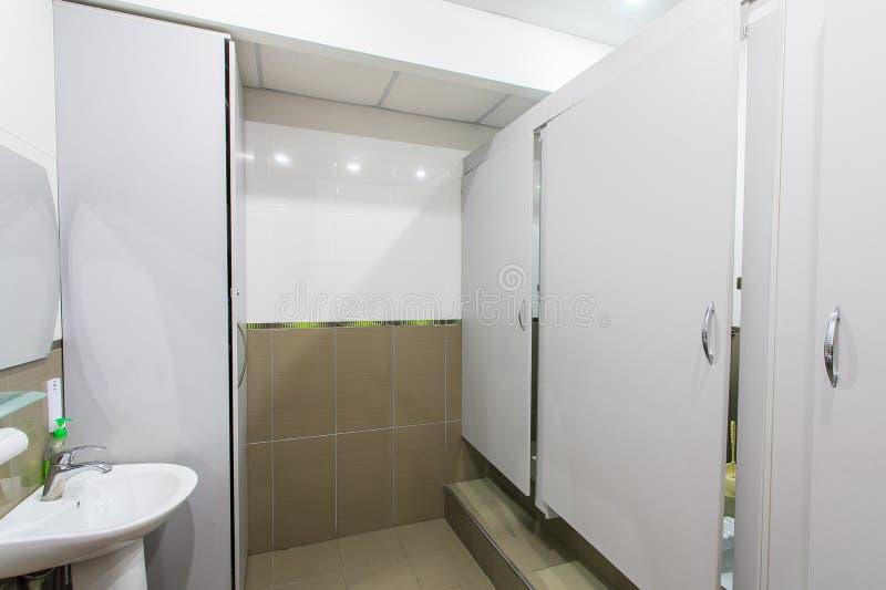 Туалет офиса стоковое фото