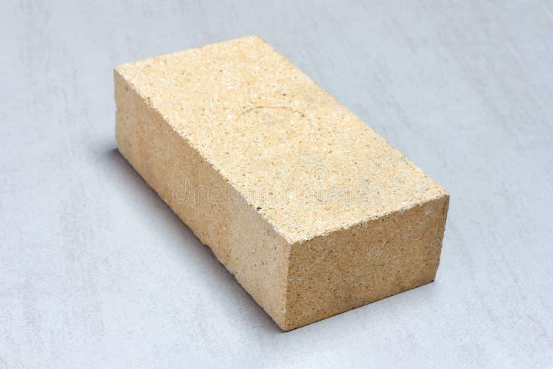 Тугоплавкий кирпич для каминов и плит masonry на серой предпосылке стоковое фото rf