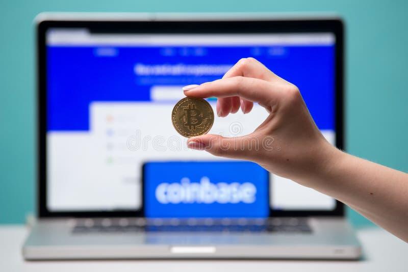 Тула, Россия 17 06 2019 Coinbase на дисплее ноутбука и телефона стоковые изображения rf