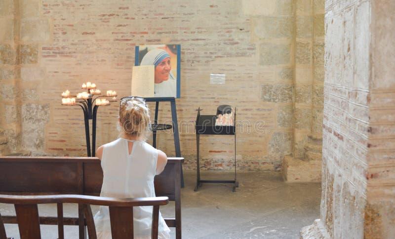 ТУЛУЗА, ФРАНЦИЯ - 23-ЬЕ ИЮЛЯ 2016: Католическая церковь с портретом матери Тереза стоковое фото rf