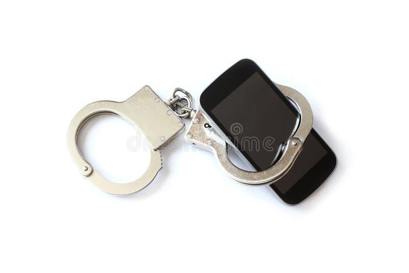Тумаки smartphone и руки компьютерного хакера стоковое фото