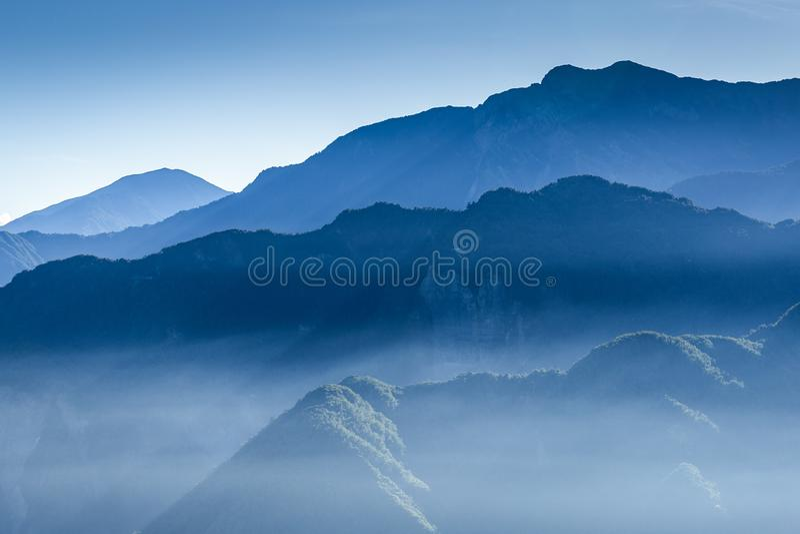 Туманная голубая гора покрытая туманом стоковая фотография rf