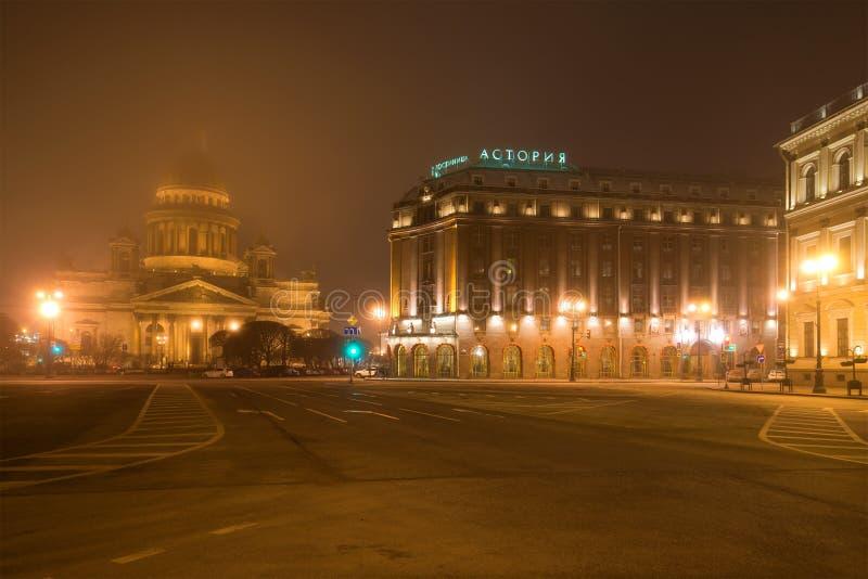 Туманная ноча в марте на квадрате ` s St Исаак Взгляд гостиницы собора и Astoria ` s St Исаак Санкт-Петербург стоковые изображения rf