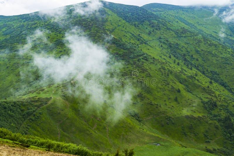 Туманная погода в горах Облака на холмах горы стоковые изображения