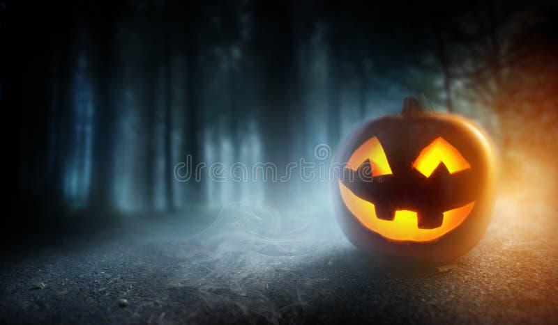 Туманная предпосылка вечера хеллоуина с тыквой стоковое фото