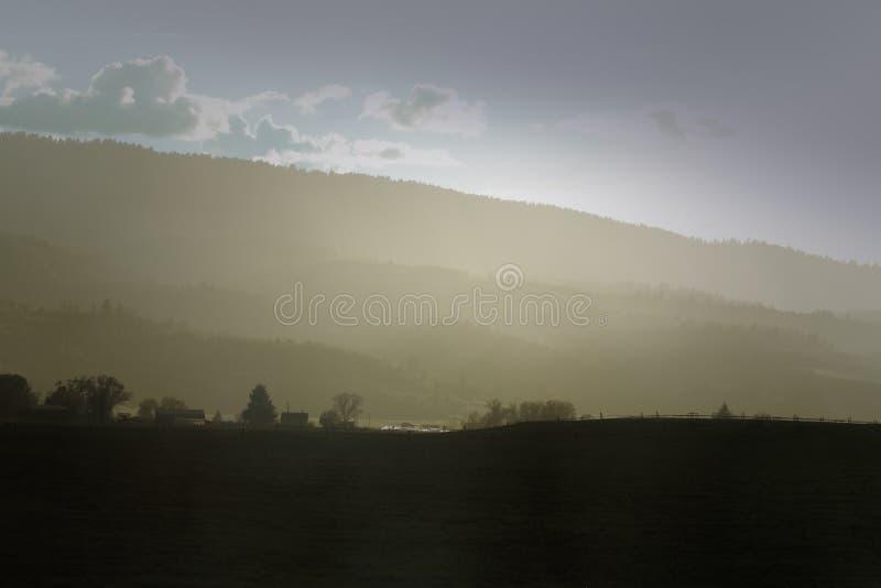 Туманная сельская местность после дождя стоковое фото rf