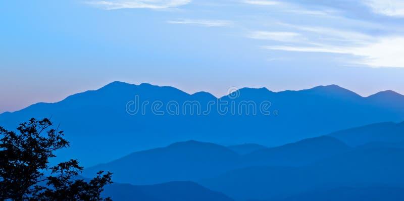 туманнейший заход солнца гор стоковая фотография rf