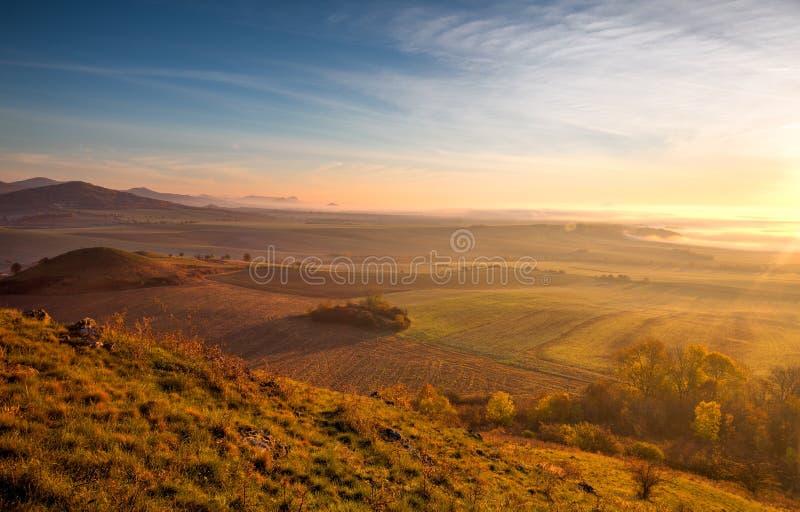 Туманное утро в центральных богемских гористых местностях, чехия HDR стоковое изображение
