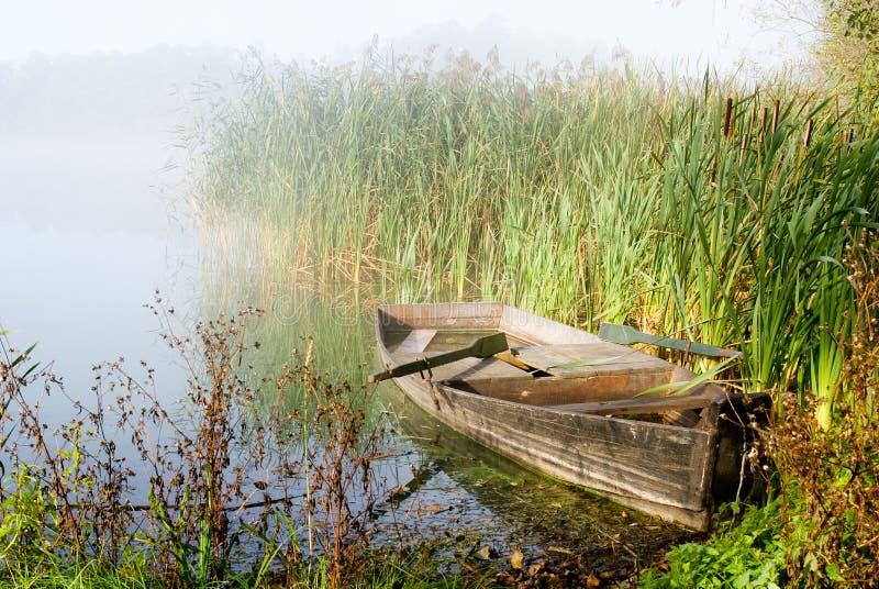 Туманное утро и шлюпка стоковое фото rf