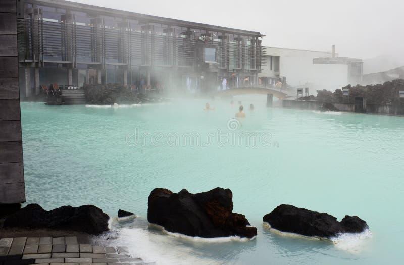 Туманное утро на голубой лагуне в Исландии стоковые фотографии rf