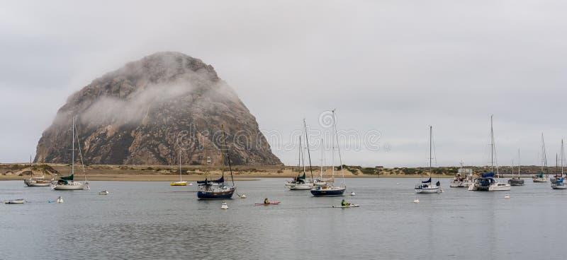 Туманное утро на заливе Morro стоковые фото