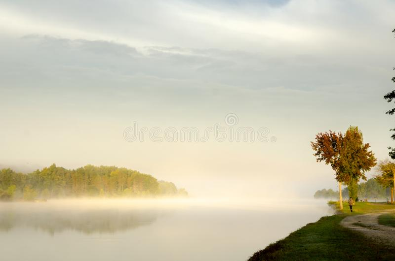 Туманное утро на озере Уби, Франция стоковое изображение rf