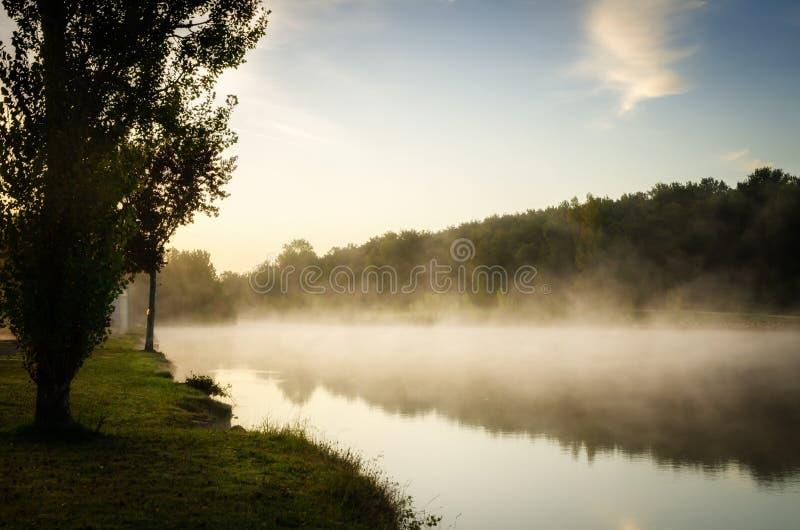 Туманное утро на озере Уби, Франция стоковая фотография rf