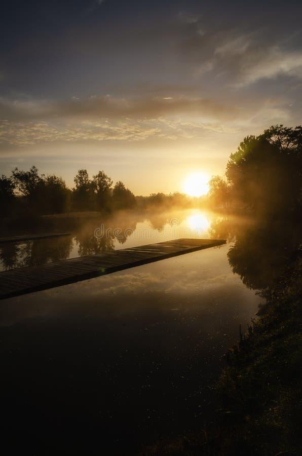 Туманное утро на озере Уби, Франция стоковые изображения