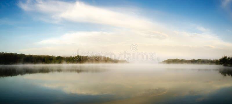 Туманное утро на озере Уби, Франция стоковое фото