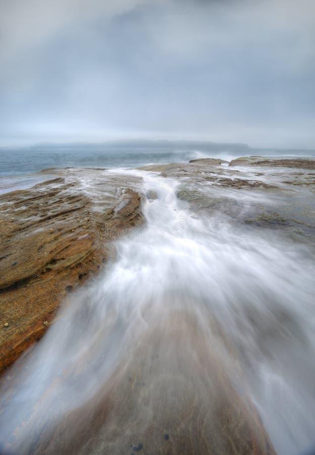Туманные подачи бездны тумана и океана стоковые фото