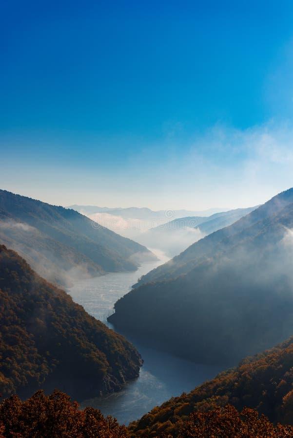 Туманный ландшафт реки стоковое изображение