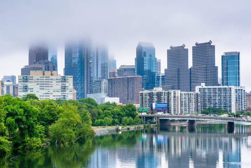 Туманный взгляд горизонта Филадельфии и реки Schuylkill в Филадельфии, Пенсильвании стоковое изображение