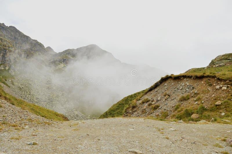 Туманный взгляд утра маршрута горы Oropa Величественная сцена лета Dolomiti Альп, Италии, Европы стоковое изображение rf