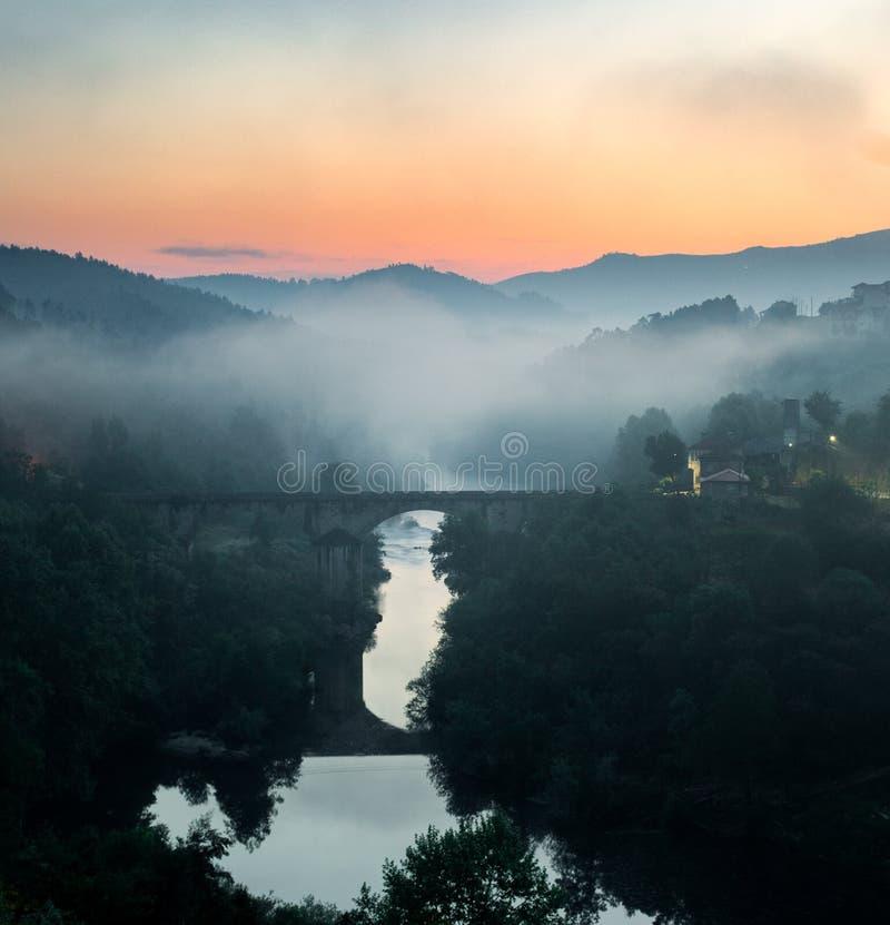 Туманный восход солнца над мостом стоковая фотография