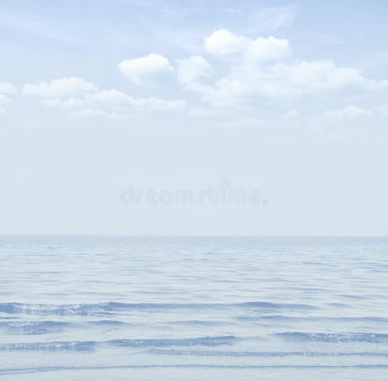 Туманный голубой ландшафт моря Морская предпосылка стоковое фото