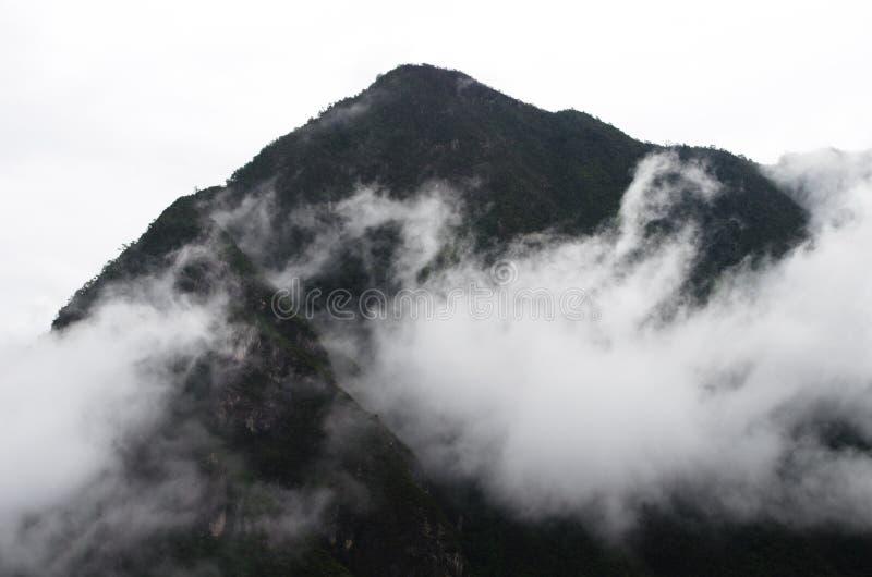 Туманный горный пик стоковые фотографии rf
