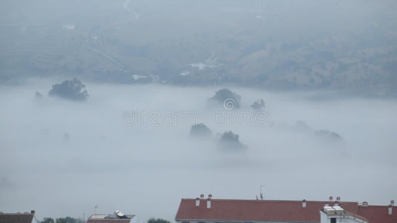 Download Туманный день в долине вне деревни Стоковое Фото - изображение насчитывающей ландшафт, видимость: 81814812
