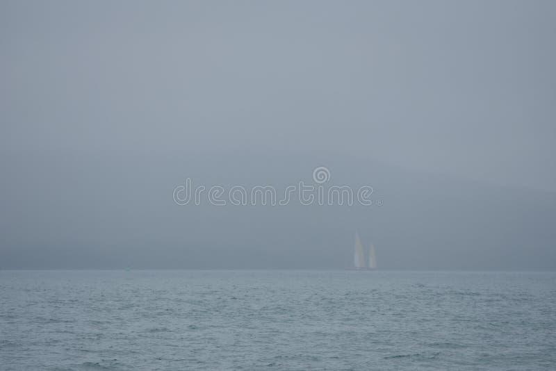 Туманный день на море стоковое фото