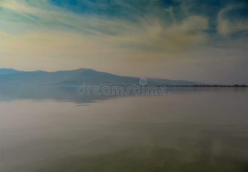 Туманный ландшафт с отражениями озера Kerkini Северная Греция стоковые фотографии rf
