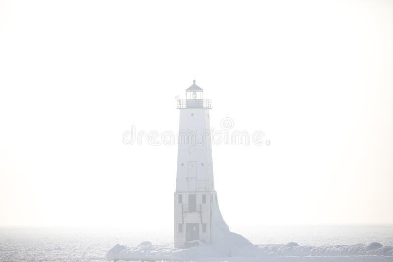 Туманный маяк волнореза Франкфурта северный на Lake Michigan внутри стоковые фотографии rf