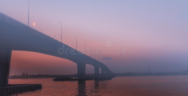 Туманный мост во время захода солнца стоковая фотография