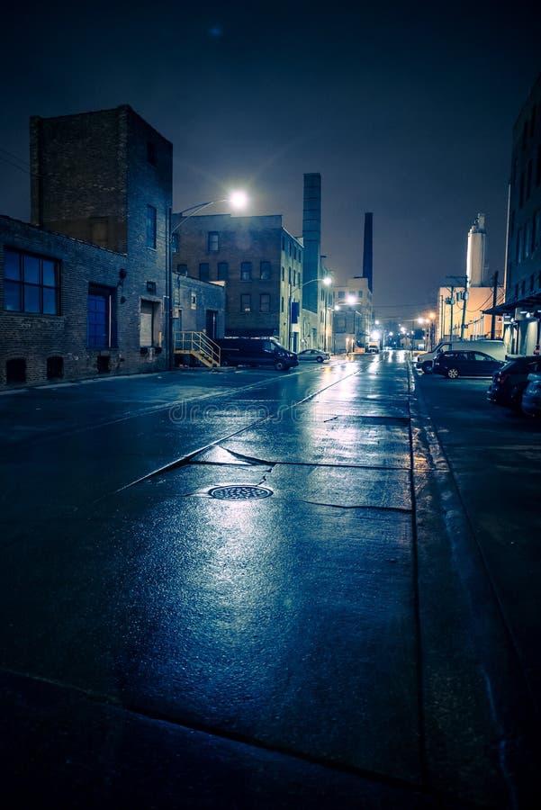 Туманный промышленный городской пейзаж ночи города улицы в Чикаго стоковые фото